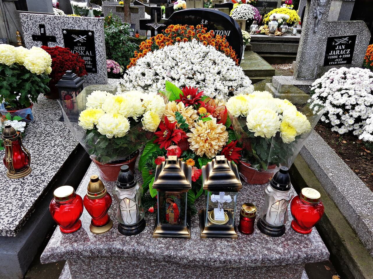 Blumengestecke & Kränze aus Eigenproduktion